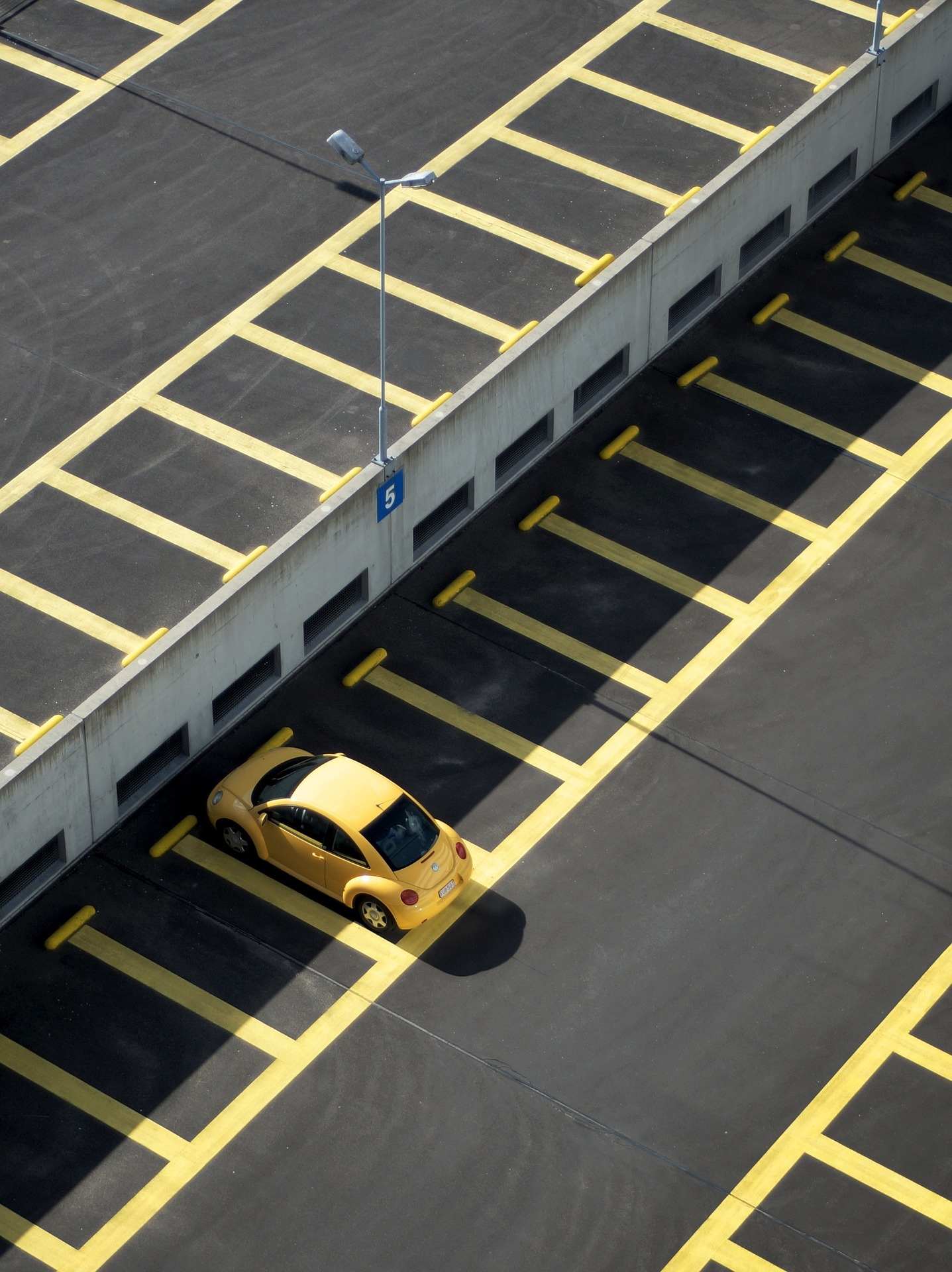 【駐車場でのドアパンチ】まさかの事態に車両保険は使えるのか